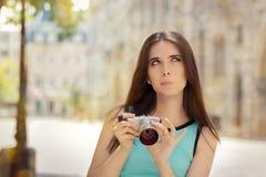 有紧凑数字照相机的未定的女孩 库存图片