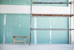 有绞刑台的石膏墙壁 免版税库存图片