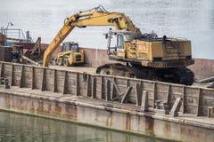 有水力挖掘机的河驳船 免版税库存图片