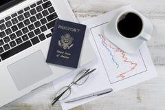 有财务数据的桌面退休或假期计划的 免版税库存图片