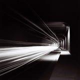 有移动交通光的隧道在黑白 免版税库存照片