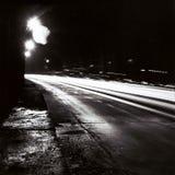 有移动交通光的隧道在黑白 库存图片