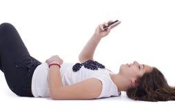 有移动电话的十几岁的女孩 免版税库存照片