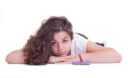 有移动电话的十几岁的女孩 免版税库存图片