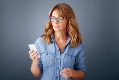 有移动电话的女实业家 免版税库存照片