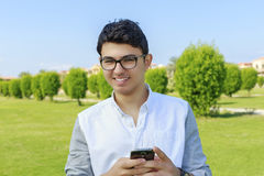 有移动电话的愉快的年轻人 免版税图库摄影