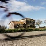 有移动的自行车的农村房子 免版税库存图片