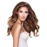 有移动的长的波浪发的一个美丽的少妇 免版税库存照片