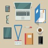 有移动设备和文件的办公室工作场所 向量例证
