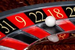 有黑区段的二十二22经典赌博娱乐场轮盘赌的赌轮 免版税库存图片