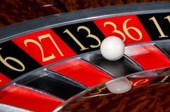 有黑区段的十三13经典赌博娱乐场轮盘赌的赌轮 库存照片