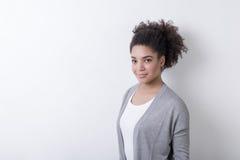 有黑卷发的年轻非裔美国人的妇女 免版税库存照片