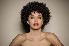 有黑卷曲假发的妇女 免版税库存照片