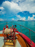 有绳索卷的船锚在朝向对苏梅岛,泰国的轮渡弓 免版税库存照片