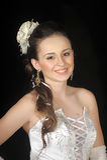 有头发和一朵花的新娘在她的头发 免版税库存图片