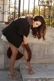 有黑发的华美的肉欲的妇女在典雅的豪华外套 免版税图库摄影