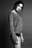 有黑发的妇女和在舒适羊毛衫的自然构成 库存图片