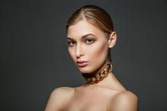 有头发的妇女在脖子上 免版税库存照片