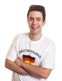有黑发的德国体育迷嘲笑照相机的 免版税库存照片