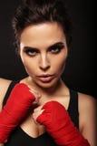 有黑发的性感的华美的妇女在装箱的体育手套 免版税库存照片