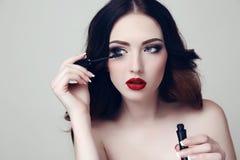 有黑发的性感的妇女和与染睫毛油的明亮的构成 图库摄影