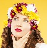 有头发的愉快的妇女由花制成 免版税库存照片