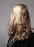 有头发的白肤金发的女孩在她的面孔前面 库存照片