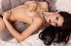 有黑发的美丽的性感的女孩有豪华珠宝项链的 免版税图库摄影