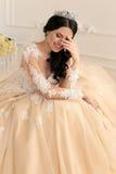 有黑发的美丽的新娘在豪华婚礼礼服 免版税库存图片
