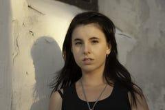 有黑发的美丽的白种人青少年的女性 免版税图库摄影