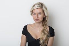 有头发的美丽的白肤金发的女孩有金发的,在白色背景的没有构成在演播室 免版税库存图片