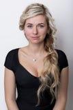 有头发的美丽的白肤金发的女孩有金发的,在白色背景的没有构成在演播室 免版税库存照片