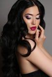 有黑发的美丽的肉欲的妇女有晚上构成的 免版税图库摄影