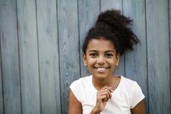 有黑发的逗人喜爱的女孩 免版税库存图片