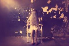 有头发的鬼魂女孩在她的面孔 鬼的内部 免版税库存照片