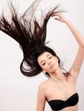 有长的头发的美丽的深色的女孩。 库存照片