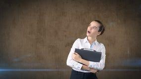 有头发禁令的美丽的妇女在画象的白色裙子关闭与灰色公文包,被隔绝的背景 到达天空的企业概念金黄回归键所有权 免版税库存图片