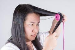 有头发路辗的妇女对头发问题是严肃的 库存图片