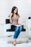 有头发颜色样片的妇女在hairdress沙龙 免版税图库摄影
