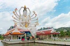 有18只手上帝雕象的观世音菩萨Wat Plai Laem寺庙在Sa酸值 免版税图库摄影