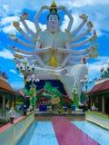 有18只手上帝雕象的观音工业区,酸值苏梅岛,素叻他尼Wat Plai Laem寺庙 图库摄影