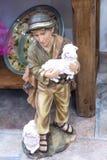 有2只羊羔的牧羊人男孩 图库摄影