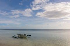 有3只鸟的菲律宾小船 库存照片