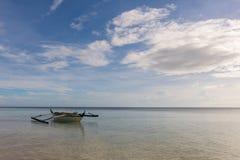 有3只鸟的菲律宾小船 图库摄影