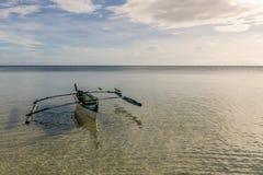 有3只鸟的菲律宾小船 免版税库存照片