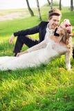有他可爱的妻子的笑的新郎 库存照片