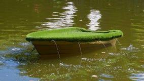 有绿叶的人为小船和在陈列的一个喷泉在Kadroirg停放 库存图片