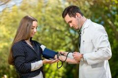 有年轻和俏丽的妇女的年轻医生 免版税图库摄影