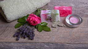 有浴和温泉辅助部件的手工制造肥皂 干淡紫色和怀乡桃红色玫瑰 免版税库存图片