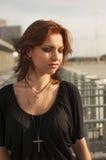 有黑和红色头发的唯一深色的女孩 库存照片